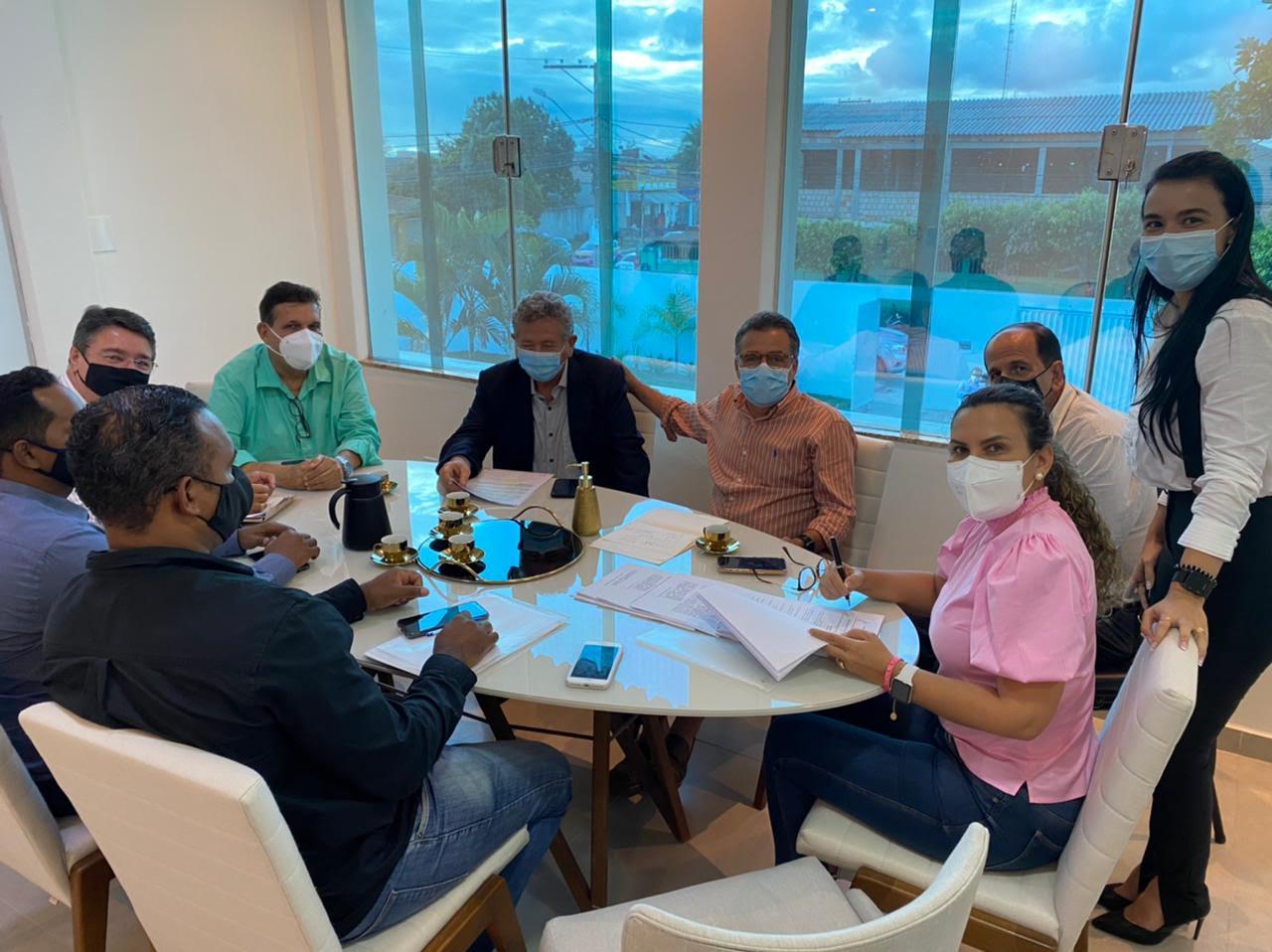 Prefeita Cordélia assinando o convênio de adesão à Policlínica Regional