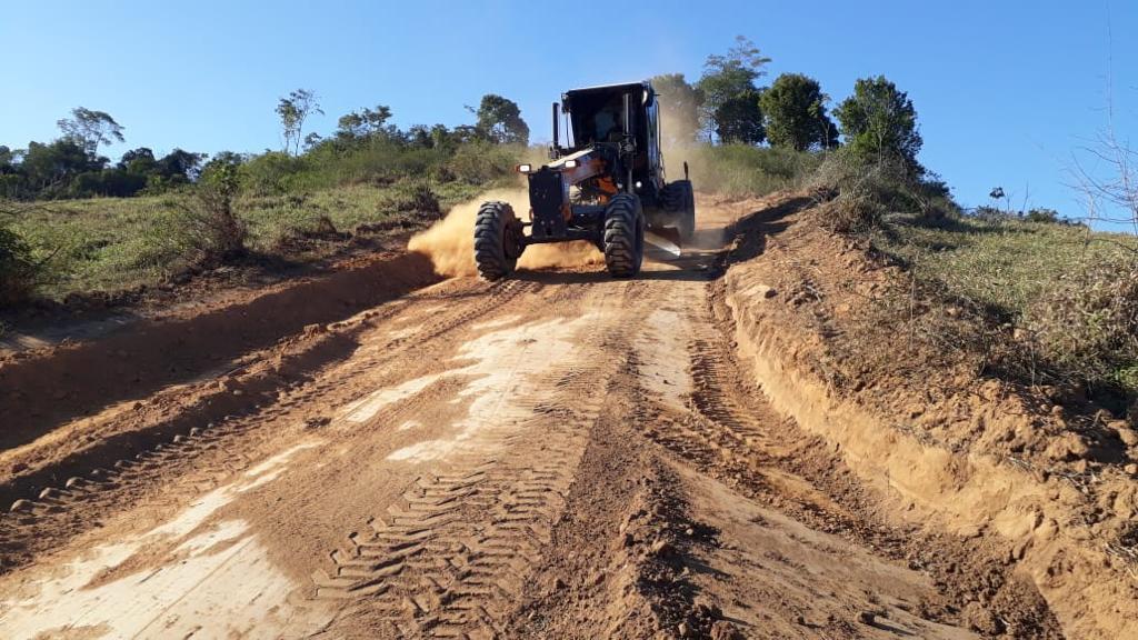 Máquina trabalha na recuperação de estrada na região do Itú