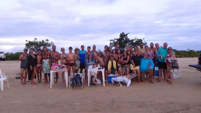 Grupo na praia do Viral, em Aracaju (Foto: Giovanni)