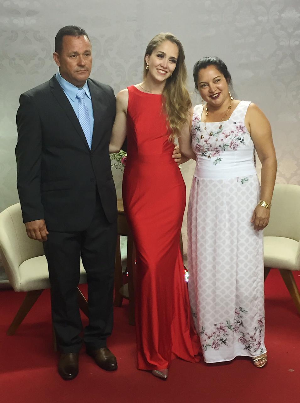 Karoline, ladeada pelos pais Marcio e Jenilza