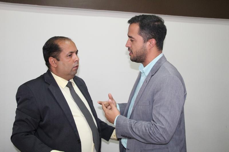 Procurador Tiago Moreno ao lado do presidente Jorge Maécio, acompanha a votação