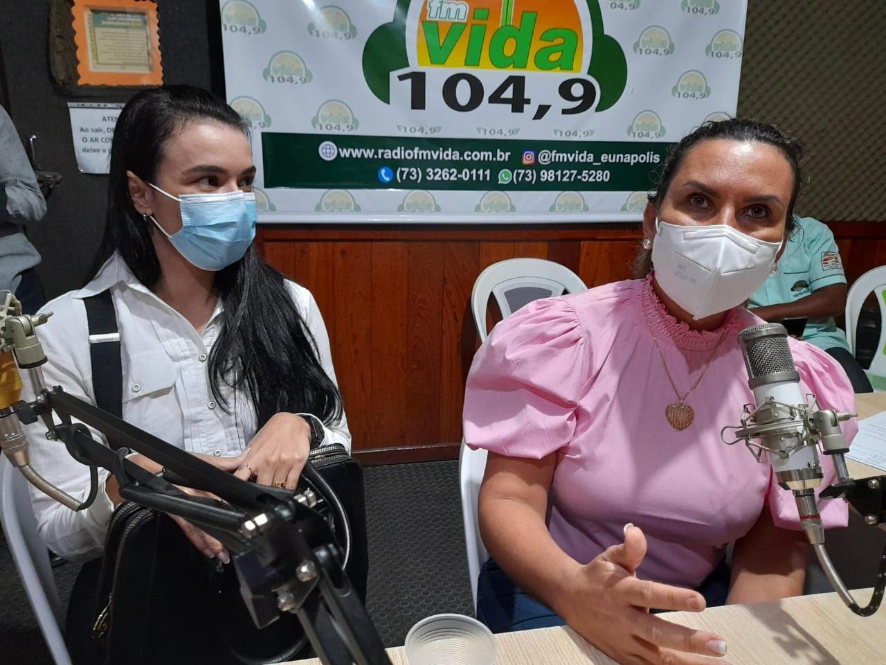 Prefeita Cordélia e secretária de saúde Anara Sartório em entrevista à Rádio FM Vida